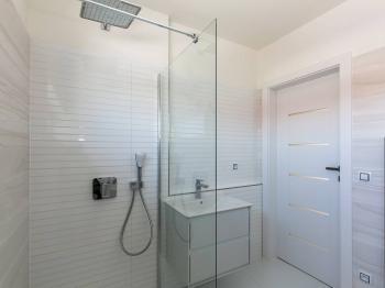 koupelna 2.NP - Pronájem domu v osobním vlastnictví 114 m², Praha 9 - Vinoř