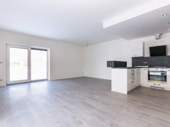obývací pokoj - Pronájem domu v osobním vlastnictví 114 m², Praha 9 - Vinoř