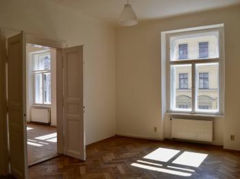 Ložnice 2 s dveřmi do ložnice 1 - Pronájem bytu 3+1 v osobním vlastnictví 93 m², Praha 1 - Nové Město