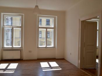 Ložnice 1 s dveřmi do ložnice 2 - Pronájem bytu 3+1 v osobním vlastnictví 93 m², Praha 1 - Nové Město