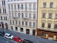 Pohled z ložnice 1 do ulice Žitná - Pronájem bytu 3+1 v osobním vlastnictví 93 m², Praha 1 - Nové Město