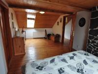 Podkroví - ložnice, vpravo dveře do chodby (Prodej domu v osobním vlastnictví 140 m², Třebenice)