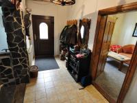 Přízemí - chodba, vpravo vstup do pokoje (Prodej domu v osobním vlastnictví 140 m², Třebenice)