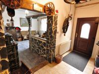 Přízemí - chodba, vstupní dveře a průchod do obývací části (Prodej domu v osobním vlastnictví 140 m², Třebenice)