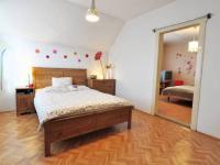 Hlavní ložnice a dveře do vedlejšího pokoje - Prodej domu v osobním vlastnictví 180 m², Litoměřice
