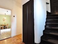 Přízemí - chodba a schody do prvního patra, v pozadí kuchyň - Prodej domu v osobním vlastnictví 180 m², Litoměřice