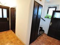 Chodba - vpravo toaleta, vstup do sklepa, komora - Prodej domu v osobním vlastnictví 180 m², Litoměřice