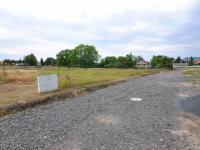 Příjezd k pozemku je zajištěn po kamenité uježděné cestě.  - Prodej pozemku 1200 m², Trnovany