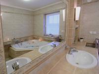 1. patro -  koupelna (Prodej domu v osobním vlastnictví 776 m², Líšnice)
