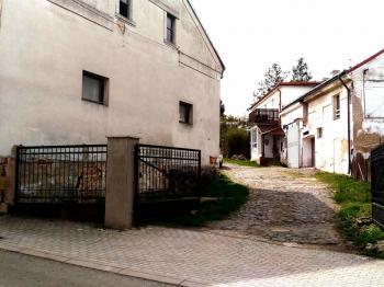 vjezd do areálu - Pronájem výrobních prostor 200 m², Bradlec