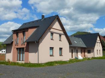 Pohled na dům od branky - Prodej domu v osobním vlastnictví 410 m², Cvikov