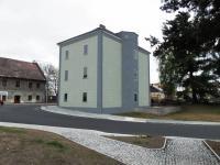 Pohled na dům od nádraží - Prodej bytu 1+1 v osobním vlastnictví 47 m², Jablonné v Podještědí