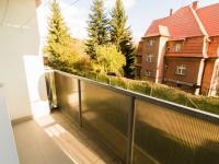 Pohled z lodžie před dům - Prodej bytu 3+1 v osobním vlastnictví 63 m², Liberec
