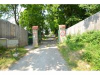 Vjezd do uzavřeného areálu (Prodej bytu 1+kk v osobním vlastnictví 49 m², Nučice)