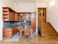 Pohled na kuchyňský kout s jídelním stolem (Prodej bytu 2+kk v osobním vlastnictví 66 m², Praha 9 - Prosek)