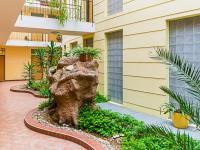 Pohled do společných prostor bytového domu (Prodej bytu 2+kk v osobním vlastnictví 66 m², Praha 9 - Prosek)
