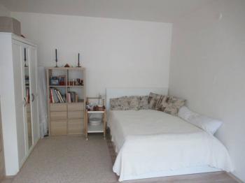 Pohled do druhého z pokojů  - Prodej bytu 1+1 v osobním vlastnictví 39 m², Příbram