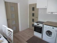 Pohled na část kuchyně se vstupními dveřmi  - Prodej bytu 1+1 v osobním vlastnictví 39 m², Příbram