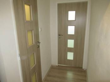 Pohled na dveře bytu z chodby - Prodej bytu 1+1 v osobním vlastnictví 39 m², Příbram