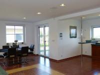 prostorná obývací místnost s kuchyňskou linkou a jídelnou (Prodej domu v osobním vlastnictví 289 m², Cheb)