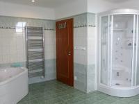 koupelna s vanou, sprchovým koutem a WC (Prodej domu v osobním vlastnictví 289 m², Cheb)
