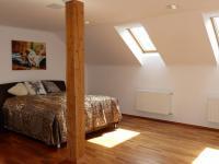 4. prostorná podkrovní ložnice (Prodej domu v osobním vlastnictví 289 m², Cheb)