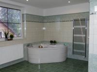 2.koupelna s masážní vanou a sprchovým koutem (Prodej domu v osobním vlastnictví 289 m², Cheb)