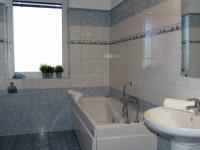 1.koupelna s vanou a WC v přízemí (Prodej domu v osobním vlastnictví 289 m², Cheb)