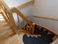 schody do penzoinu - Prodej domu v osobním vlastnictví 360 m², Krásná