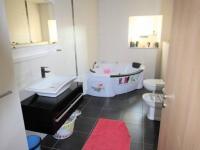 Prostorná koupelna (Prodej bytu 4+kk v osobním vlastnictví 80 m², Senj)
