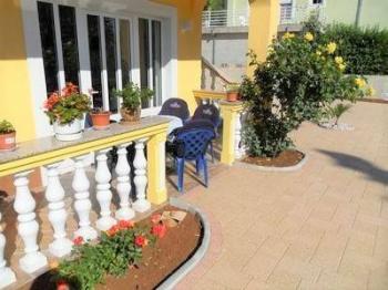 okolí včetně terasy velmi pěkně provedeno - Prodej domu v osobním vlastnictví 320 m², Crikvenica