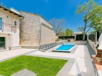 bazen v praktickém zákoutí (Prodej domu v osobním vlastnictví 200 m², Pazin)