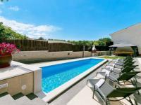 perfektní bazén prakticky oplocen (Prodej domu v osobním vlastnictví 200 m², Pazin)