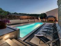 večerní osvětlení bazénu (Prodej domu v osobním vlastnictví 200 m², Pazin)