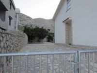 prostorný vjezd vhodný i jako parking - Prodej domu v osobním vlastnictví 235 m², Pag
