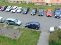pohled na parkoviště před domem - Prodej bytu 1+1 v osobním vlastnictví 38 m², Cheb