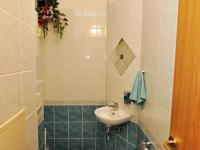 wc u kucnyně (Prodej bytu 5+kk v osobním vlastnictví 165 m², Říčany)