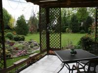 Altán + zahrada - posezení u domu. (Pronájem kancelářských prostor 220 m², Teplice)