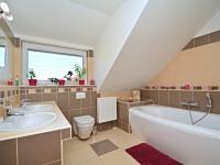 Koupelna v 1. patře (Prodej domu v osobním vlastnictví 170 m², Větrušice)