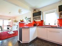 Kuchyňský kout - pohled do obývacího pokoje (Prodej domu v osobním vlastnictví 170 m², Větrušice)