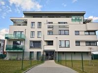 Pohled na dům a pozemky. (Prodej bytu 3+kk v osobním vlastnictví 84 m², Praha 9 - Letňany)