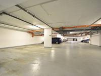Vyhrazené garážové staání u vstupní části do domu. (Prodej bytu 3+kk v osobním vlastnictví 84 m², Praha 9 - Letňany)