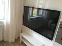 TV set. (Prodej bytu 2+kk v osobním vlastnictví 57 m², Praha 5 - Smíchov)