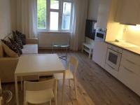 Obývací pokoj s kuchyní - podsvětlen kuchyňské linky. (Prodej bytu 2+kk v osobním vlastnictví 57 m², Praha 5 - Smíchov)