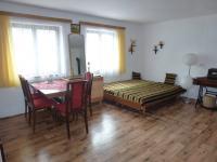 Obytná místnost v přízemí (Prodej domu v osobním vlastnictví 82 m², Bystřice)