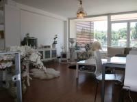 Obývací pokoj s lodžií v patře bytu. (Prodej bytu 2+kk v osobním vlastnictví 70 m², Praha 9 - Vysočany)