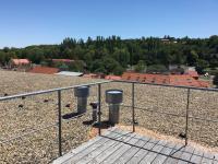 Společná střešní terasa s krásným výhledem na Prahu. (Prodej bytu 2+kk v osobním vlastnictví 70 m², Praha 9 - Vysočany)