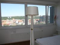 Ložnice s krásným výhledem na Prahu a zeleň parku pod domem. (Prodej bytu 2+kk v osobním vlastnictví 70 m², Praha 9 - Vysočany)