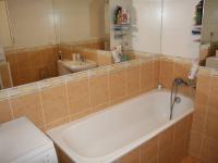 Koupelna s vanou, umyvadlem, toaletou a přípojkou pro pračku. (Prodej bytu 2+kk v osobním vlastnictví 70 m², Praha 9 - Vysočany)