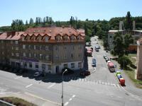 Výhled z lodžie na původní zástavbu domů a zeleň. (Prodej bytu 2+kk v osobním vlastnictví 70 m², Praha 9 - Vysočany)